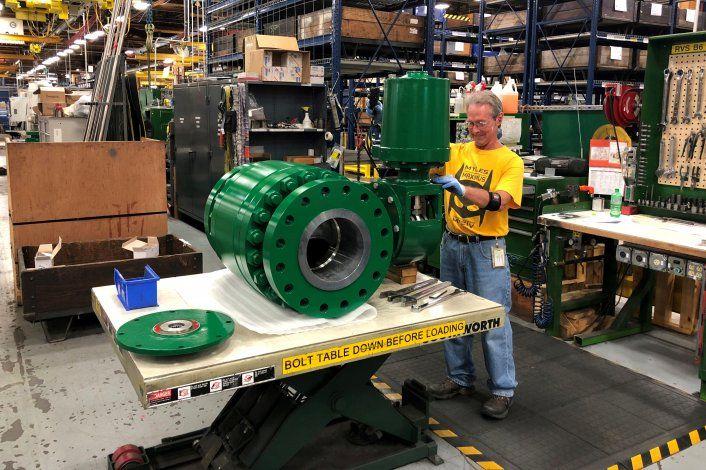 Imagen de archivo de un trabajador ensamblando una válvula industrial en la fábrica de Emerson Electric Co. en Marshalltown