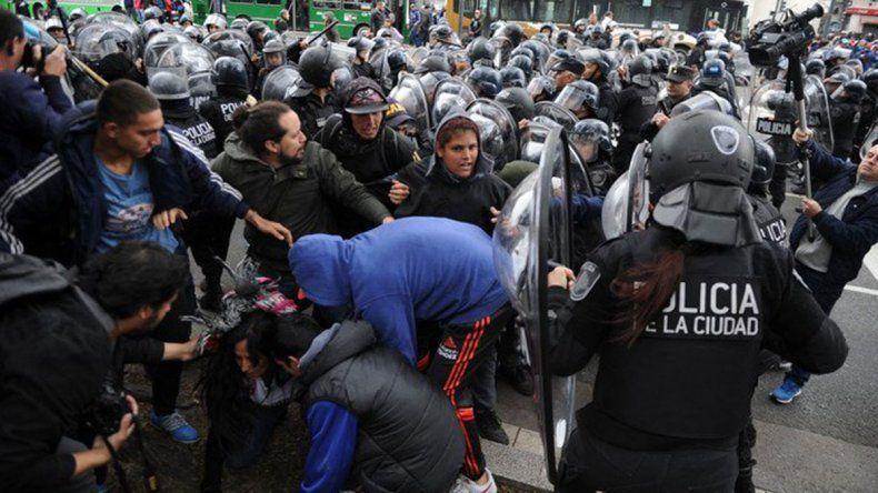 Tensión e incidentes entre manifestantes y policías en el acampe frente de Desarrollo Social