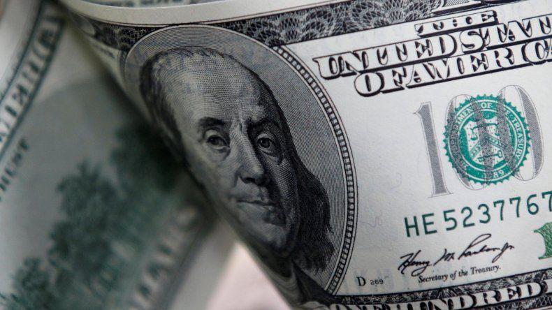 El dólar oficial casi no se movió y el blue se disparó a $72