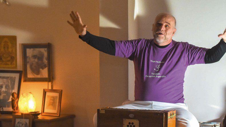 El camino hacia la liberación: colgó el título de contador y se convirtió en maestro de yoga