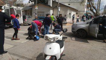 una camioneta choco a una moto: una mujer herida