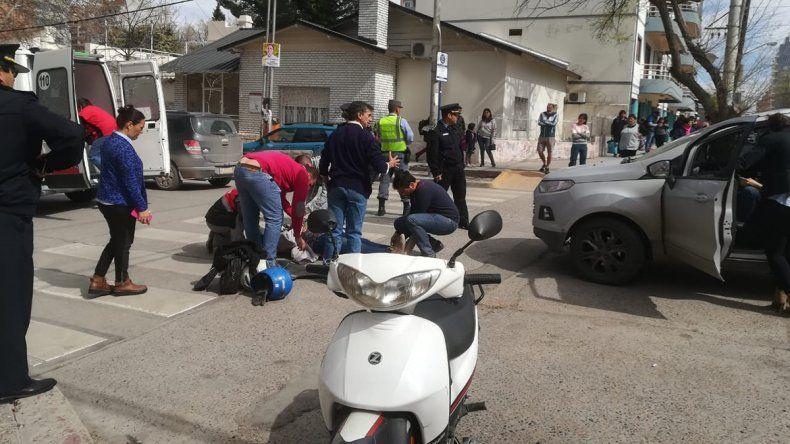 Una mujer en moto resultó herida tras ser chocada por una camioneta