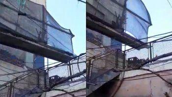 teme que un andamio suelto caiga en el techo de su casa
