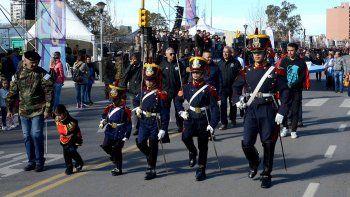ni el viento freno el gran desfile por el aniversario de la ciudad