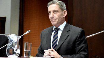 en medio de la crisis, el gobernador de chubut quiere subirse el sueldo