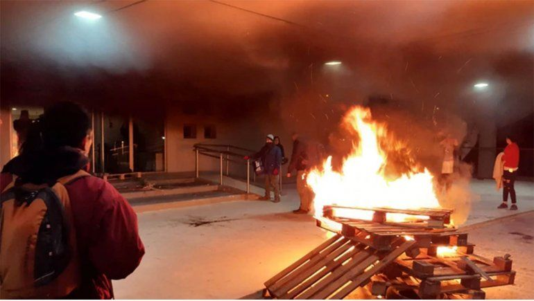 Chubut: Graves incidentes en la Legislatura tras muerte de dos maestras