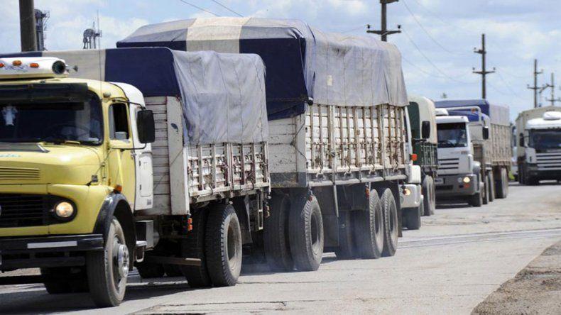 Transportistas dicen que el combustible se les disparó 10%