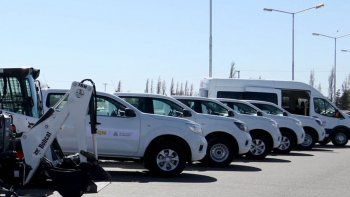 incorporan un minibus turistico, camionetas y maquinarias a la muni
