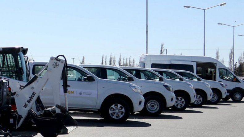 Incorporan un minibús turístico, camionetas y maquinarias a la Muni