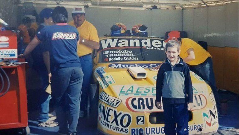 Lautaro de la Iglesia y una foto con el auto del ídolo en su niñez.