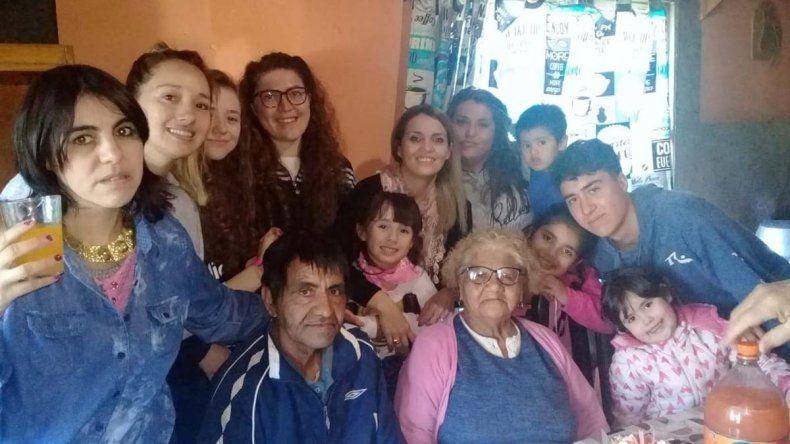 Leonor, la querida abuela del Huevo, sopló en familia las 85 velitas y no se privó de nada