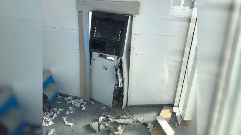 Taparon las cámaras con aerosol y reventaron el cajero automático recién inaugurado en Confluencia