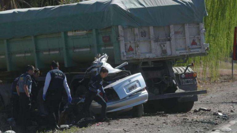 Cinco muertos en un brutal choque entre un camión y un auto