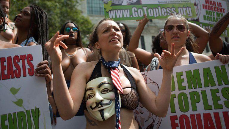 Dejan que la mujer haga topless callejero