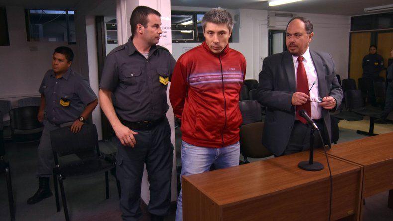 Policía golpeó a su pareja y ayudó a huir a un femicida