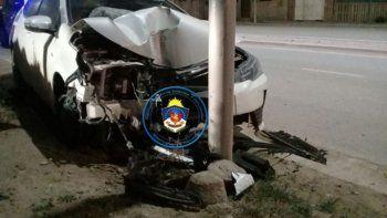 un adolescente robo un auto y lo estrello contra un poste al intentar huir de la policia