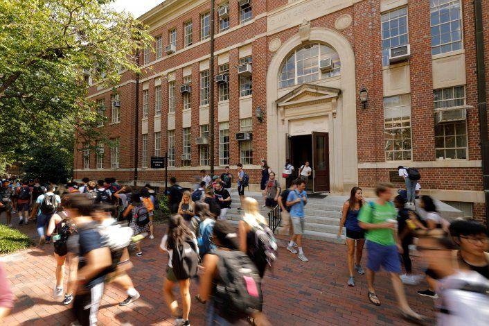 Estudiantes pasan junto a un edificio en el campus de la Universidad de Carolina del Norte en Carolina del Norte, EEUU, 20 de septiembre de 2018. REUTERS/Jonathan Drake