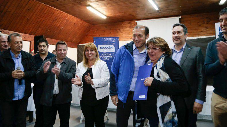 Gutiérrez entregó 54 escrituras de viviendas en Villa La Angostura