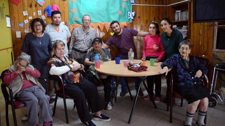 Apadrinaron a 14 abuelos que nadie los visitaba