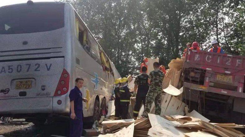 Un accidente entre un camión y un colectivo deja 36 muertos