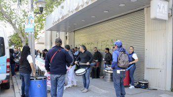protesta de los trabajadores de musimundo por cierre en neuquen