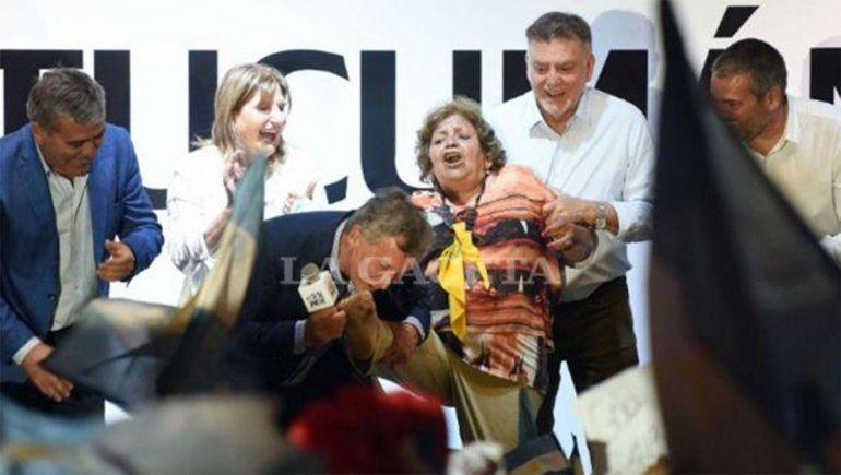 Inesperado cuento de hadas: Macri le dijo dame la pata a una señora, le besó el pie y la llamó su Cenicienta