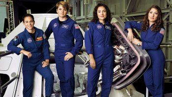 dos mujeres van a cumplir una mision en  el espacio
