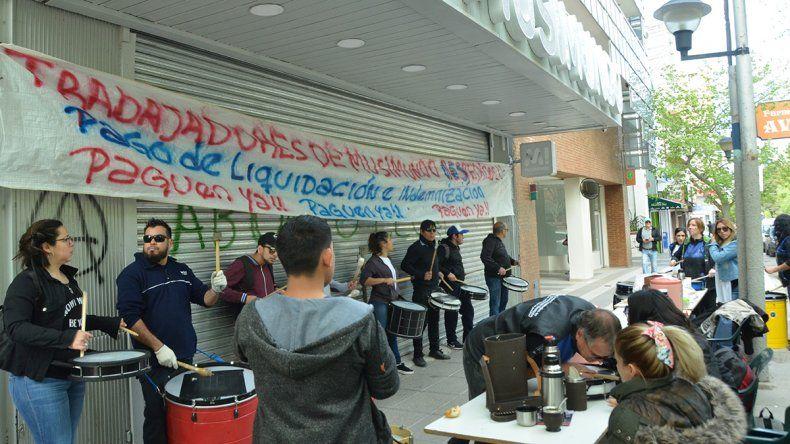 Despedidos de Musimundo reclamaron en el centro: Muchos tienen hijos y no podemos pagar el alquiler