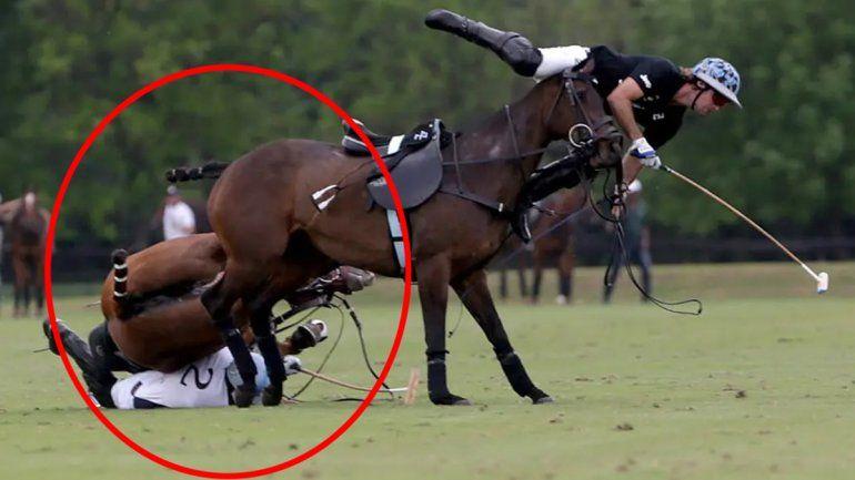 Fue aplastado por su yegua en medio de un partido y quedó inconsciente