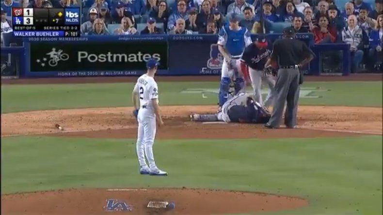 Impactante golpe en el béisbol: se desmayó tras recibir pelotazo en la cara
