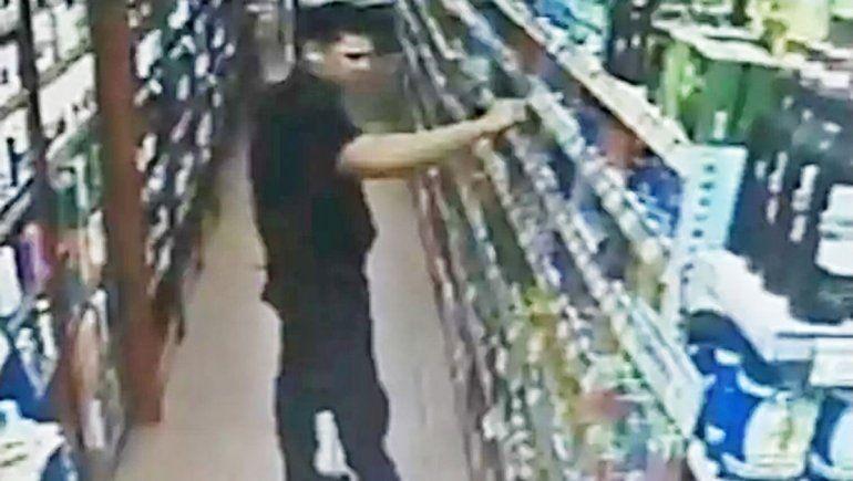 Video: echaron a policía por meter la mano en la lata