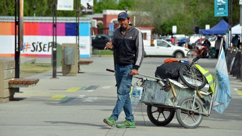 Caminando y con un carro, Jonathan unirá la Argentina