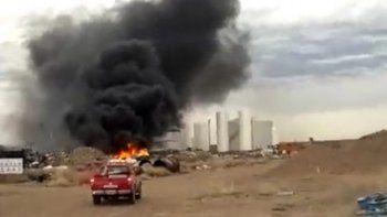 bomberos sofocaron incendio en un deposito de residuos petroleros