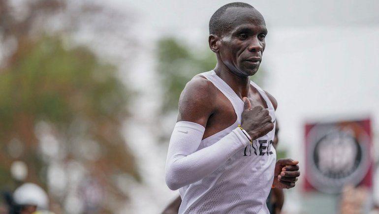Por primera vez, un corredor completó un maratón en menos de 2 horas