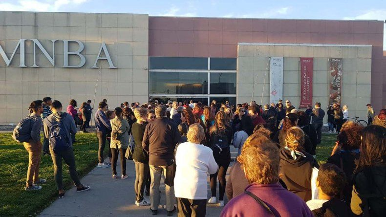 El último adiós a Pechi Quiroga: vecinos se acercan al Museo de Bellas Artes
