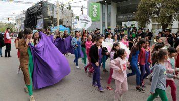 centenario festejo su cumpleanos con baile y musica en las calles
