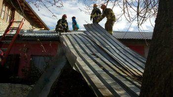 el viento sorprendio y volo al menos tres techos de casas