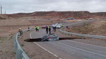 increible: un enorme pozo en la ruta 7 se trago un auto y hay peligro de derrumbe
