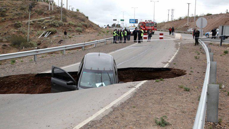 Increíble: un enorme pozo en la Ruta 7 se tragó un auto
