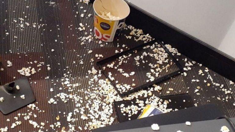 Fueron al cine, no les hicieron 2x1 y rompieron todo