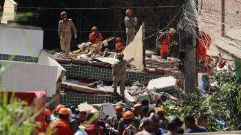 al menos dos muertos por el derrumbe de un edificio