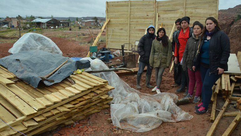 Desalojaron a tres familias que ocupaban un lote en Valentina Norte