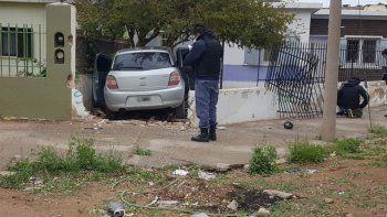 terrible choque en cutral co: un auto se incrusto en una casa