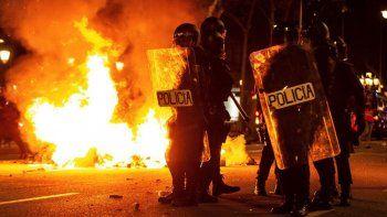caos en barcelona: lanzaron acido y quemaron autos y contenedores