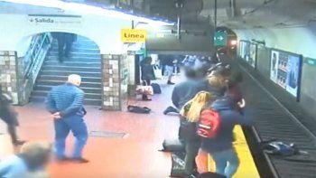 video: se desmayo, empujo a mujer a las vias y el subte freno a tiempo de milagro