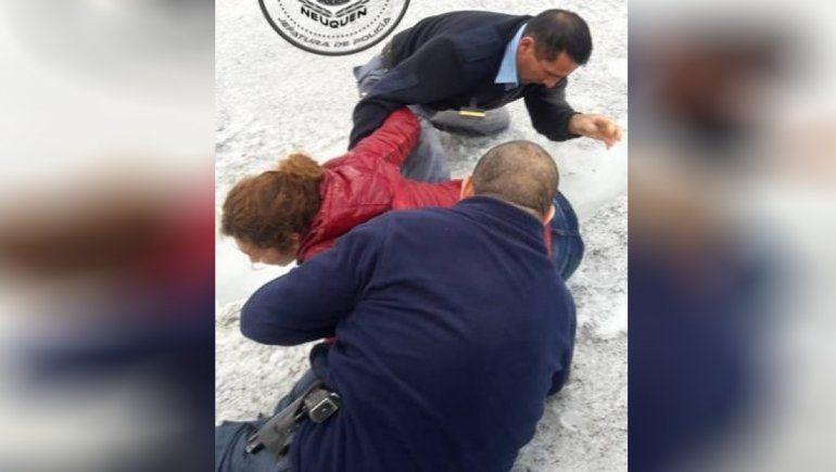 Caminaba por una zona nevada y cayó en una grieta: la Policía logró rescatarla