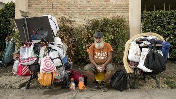 tras 25 anos en la calle, lo rescataron ex companeros