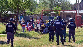 unas 50 mujeres resisten en la toma desalojada