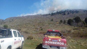 brigadistas combaten un incendio de bosque cerca de alumine