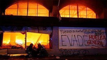 tension en chile: tres muertos en el incendio de un supermercado